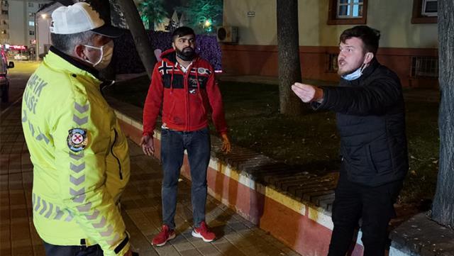 POLİS CEZA YAZARKEN SİGARA İÇTİ