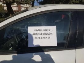 OTOMOBİLİNİ KALDIRIMA PARK EDEN SÜRÜCÜYE NOT: 'DEĞERLİ ÖKÜZ!'